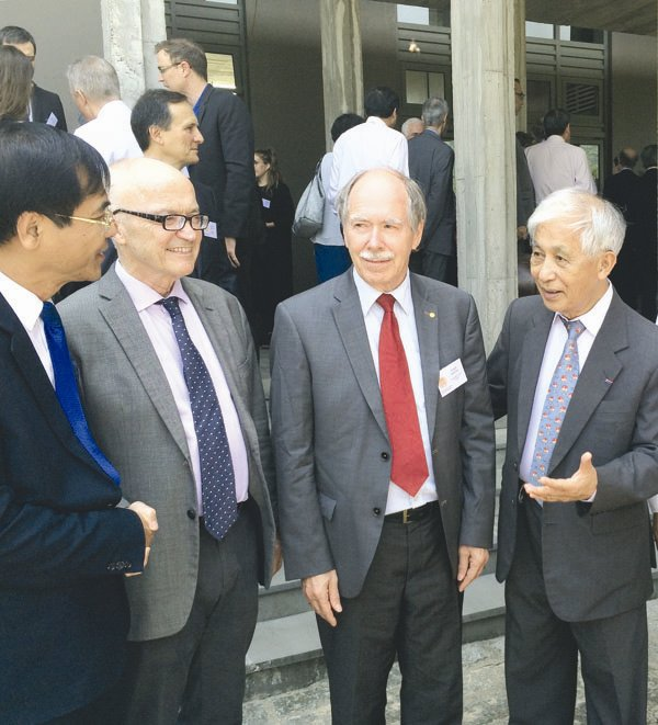 Prof. Tran Thanh Van (far R) introducing 1999 Nobel laureate Gerard 't Hooft (2nd, R) and 2004 Nobel laureate Finn Erling Kydland (3rd R)